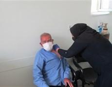 انجام واکسیناسیون علیه بیماری کرونا در افراد بالای 80 سال در شهرستان کوهبنان